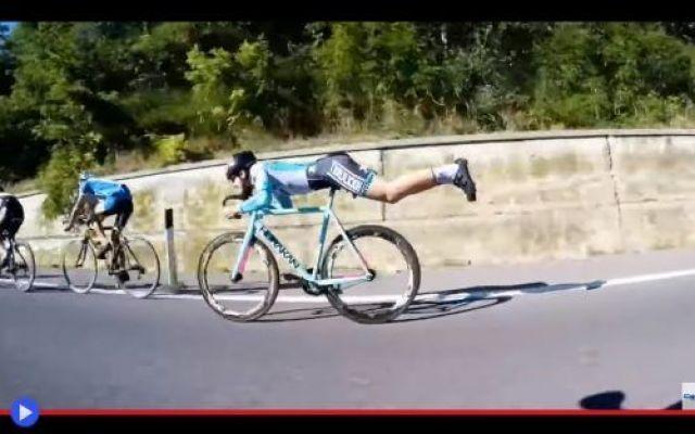 Ciclista diventa Superman per sorpassare i suoi rivali Dimenticare la bicicletta. Farla letteralmente sparire, sotto di se. Un momento inaspettato, una scena totalmente fuori dagli schemi. Talvolta è proprio l'attesa che crea il sentimento estremo d'entu #sport #ciclismo #stunt #divertente