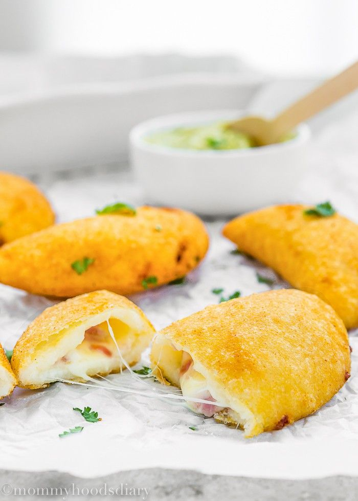 These to-die-for Venezuelan Cheese and Ham Empanadas are filled with gooey cheese and savory ham. This recipe is sure to please just about every cheese lover and will become an instant favorite!! http://mommyhoodsdiary.com