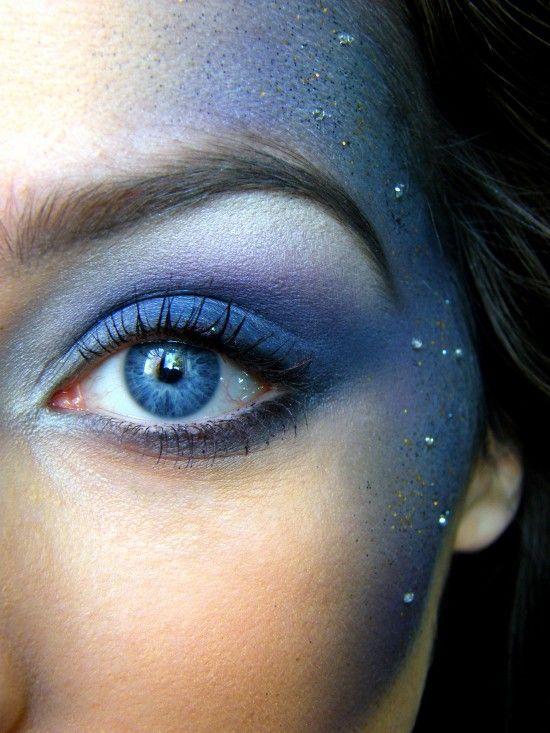 Maquillage paillette bleu.   Pour plus d'astuces beauté, rendez-vous sur notre site :  https://www.beautiful-box.com/