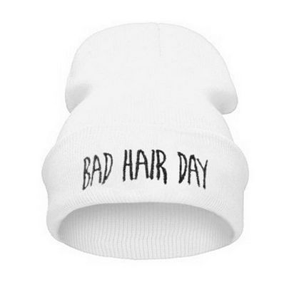 Joskus vaan hiusten kanssa on vaikeaa ja kiire painaa päälle. Tällä hauskalla pipolla peität huonon hiuspäivän ja varoitat jo valmiiksi muita. Pehmeää ja paksua neulosta, jolla pää pysyy lämpimänä.  Koko: pituus n. 27cm, leveys n. 20cm (venyttämättä)