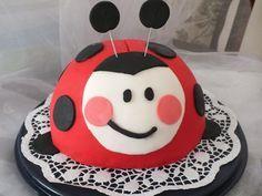 Eine Marienkäfer Torte, diese Torte ist mit Fondant eingedeckt und dekoriert. Diese Motivtorte ist eine tolle Idee für den Kindergeburtstag