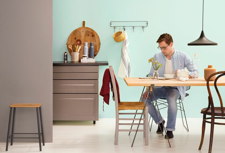 KJØKKEN - FARGER SOM FÅR SALATEN TIL Å SE FIN UT  Kjøkkenet er allrommet der alt er i bruk nesten hele tiden. Hvilke farger passer her? Kanskje dem som får maten til å se frisk og god ut. Eller farger som roer ned energiene og gir en avslappet atomsfære, for å nyte et måltid i ro. Vi har paletten. Malingskvaliteten er så klart vaskbar.   STOL 5793 BETONG VEGG 5875 FROST - Butinox Interiør Kjøkken  Bad GULV 5502 KREM  - Tresjerner Gulvmaling