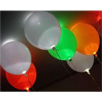 Ballon LED lichtje. Deze leuke LED lichtjes kunt u in een ballon plaatsen en is wit van kleur. De ballon lichtjes worden geleverd met 3 knoopcelbatterijen LR41 en zijn vervangbaar. De lichtjes zijn waterdicht en branden bij ca. 4 uur bij constant branden en bij ca. 8 uur bij knipperend branden. De led lamp gaat aan of uit, wanneer u de onderkant draait.