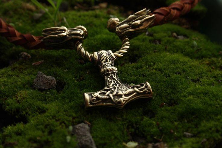 Misschien maken bepaalde sieraden op uw verzoek! ,,,,,,,,,,,,,,,,,,,,,,,,,,,,,,,,,,,,,,,,,,,,,,,,,,,,,,,,,,,,,,,,,,,,,,,,, De nieuwheid van de tijger Mint!!! Ketting gemaakt van echt leer volledig handgemaakt. Hamer van Thor gemaakt van brons door de kunst gieten. Hamer gewicht 15 gram. Hanger voor een echte man die u voor de komende jaren zal dienen. Zorg voor een natuurlijk leder. ---------------------------------------------------------------- Kleur lederen koord: -zwart -bruin…