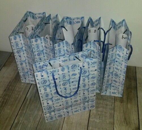 Cadeautasjes (gekocht bij Xenos) die na afloop mee naar huis gaan. Inhoud: zakje snoep en kleurplaten. Verder kunnen de medailles, boeren zakdoeken, etc er ook in!
