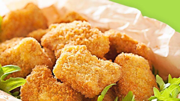 Mit den knusprigen Fisch Nuggets mit Kartoffeln und Gemüse bietest Du Deinem Kind eine gesunde Mischung aus Kohlenhydraten, Vitaminen und Eiweiß.