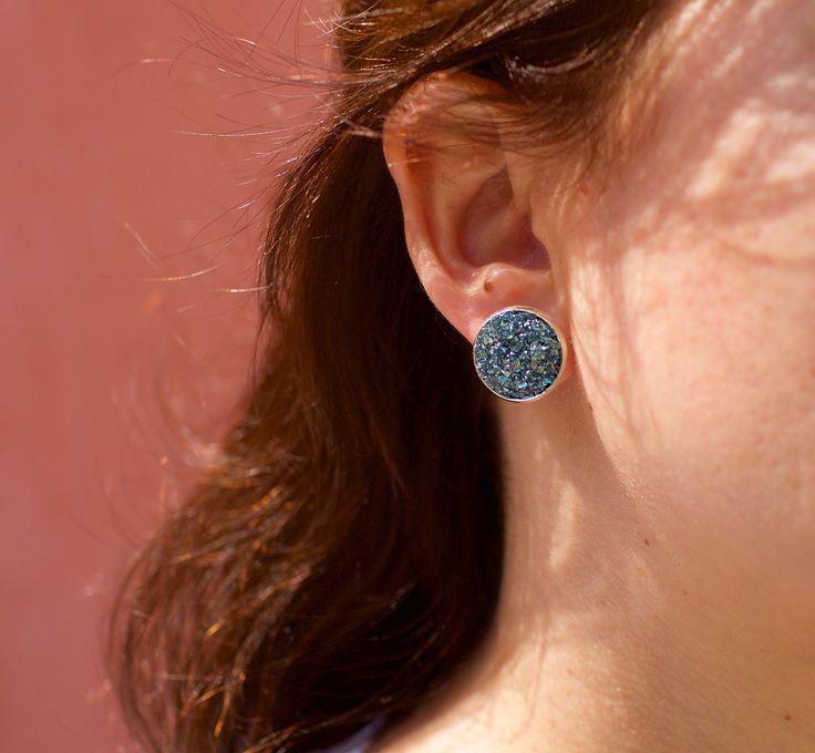 Σκουλαρίκια στρογγυλά, καρφωτά,επάργυρα,φτιαγμένο με κρυσταλλικά στοιχεία διαθέσιμα στο www.jamjar.gr/product/16469/silver-stars-