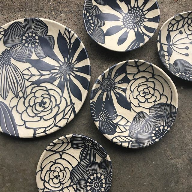 Hope this will brighten your day. The rain here in Seattle is pulling me down. Thank goodness my kids are near me and I have lots of carving to keep my mind focused. Saturday life❤ #pottery #sgraffito #clay #ceramics#modhomeceramics