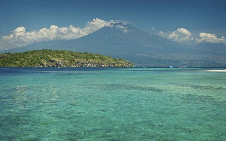 Snorkelen bij Menjangan Island in het Bali National Park. Vanaf het eiland heeft u een schitterend uitzicht op het nabijgelegen Java met in de verte de machtige Ijen vulkaan. Ontdek Noordwest-Bali met Original Asia! Rondreis - Vakantie - Indonesië - Bali - Pemuteran - Duiken - Snorkelen - Ijen