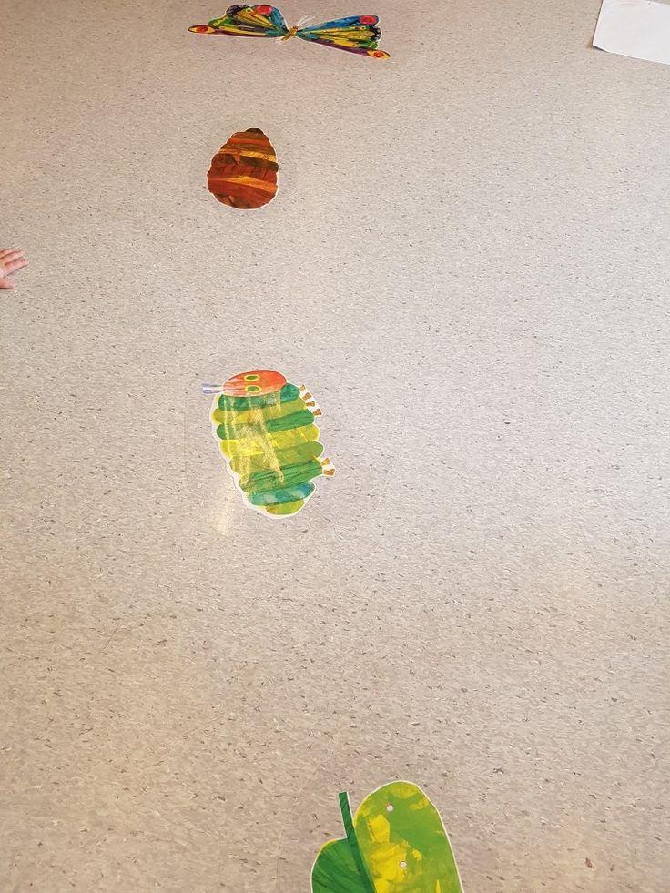 Fortellingen om den lille larven, limt fast på gulvet