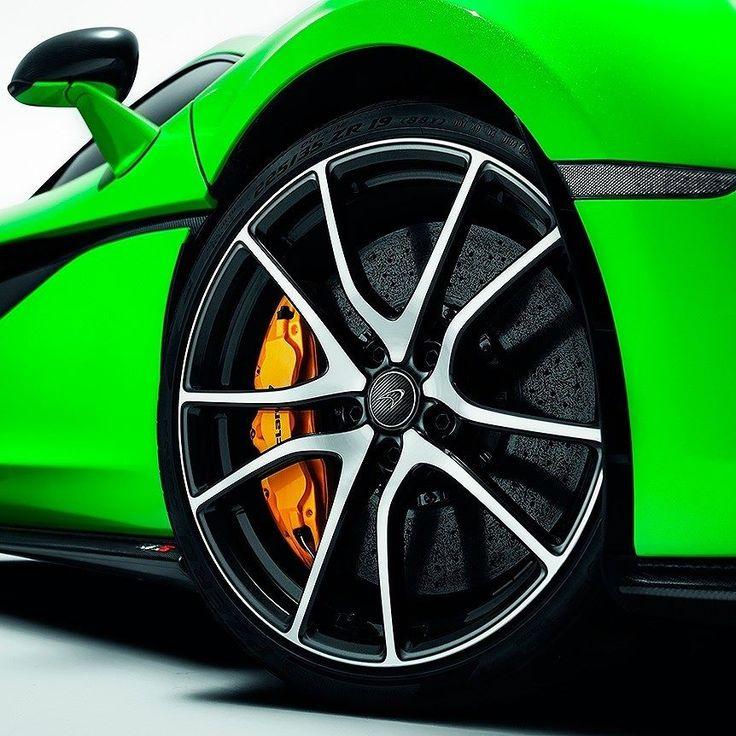 McLaren 720S 2018 Bólido inglês quer ser a dor de cabeça para Lamborghini Aventador e Ferrari 812 Superfast! O 720S sucede o 650S na família Super Serires e oferece estrutura em fibra de carbono e design fluido com direito às icônicas portas de abertura vertical.  O motor é um 4.0 biturbo V8 com 720 cavalos e torque de 770 Nm. Segundo a McLaren faz de 0 a 100 km/h em apenas 2.9s. Espere 78s e já estará nos 200 km/h. O acelerador leva o 720S até os 341 km/h!  O interior tem painel com recurso…