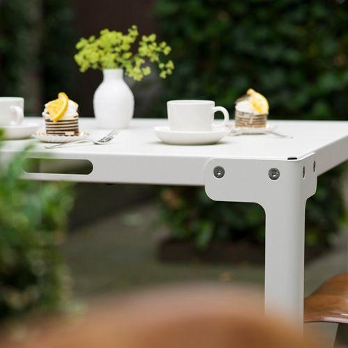 De Functionals T-Table, met de T van tuintafel, van T-vormige poten, maar bovenal van topper! De tafel is ideaal voor een klein terras of balkon. De tafel heeft een flexibel ontwerp, zodat hij niet wiebelt, zelfs niet op ongelijke ondergronden!