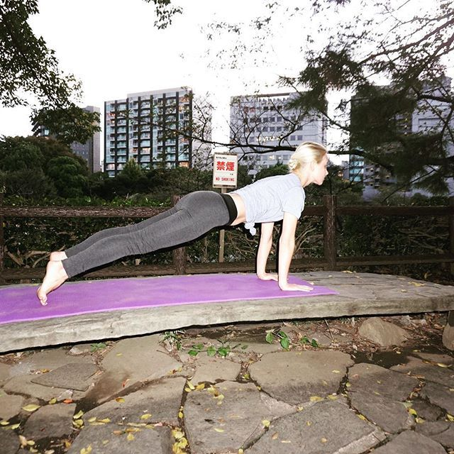 2016/11/07 07:58:31 tudors_fitness Plank Pose / Phalakasana パラカアサナ (板/ プランク)のポーズ . 💡Tips: Press your front thighs up toward the ceiling whilst resisting your tailbone toward the floor as you lengthen it toward the heels. Look straight down at the floor. You can stay in this pose anywhere between 5 breaths to a couple of minutes. . 💡コツ: 太ももを天井の方向へ押しつつ、お尻の尾骨を床の方向へ引き入れて、かかとのほうへ長く伸ばします。正面の床をまっすぐ見つめます。 呼吸5回分〜数分の長さでおこないます。 . ✨Benefits: Strengthens the arms, wrist, and spine. Tones the abs…