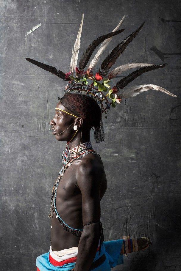 Guerrero Samburu. Grupo étnico de aproximadamente 200 000 individuos que vive al norte de Kenia. Se les considera como una rama de los Masai, y se dedican a la ganadería como actividad económica. Actualmente son víctimas de despojo de tierras por parte del gobierno keniano.