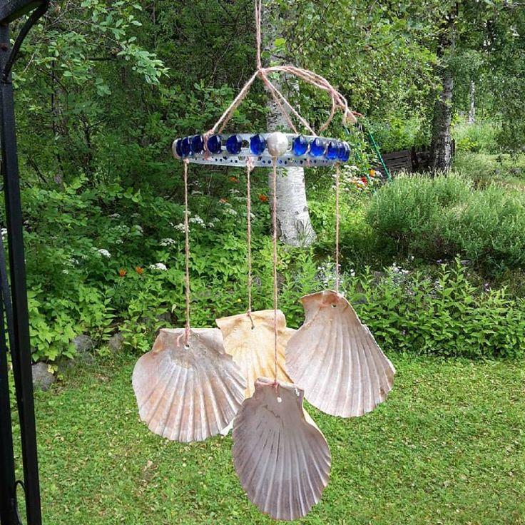 Vindspel med snäckskal, glaspärlor och hampatråd på kantband (eller vad det nu heter) Windchime seashells glass beads
