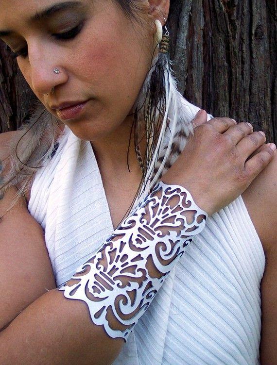 Cuff Victorian in white leather 5-3/4 wrist bridal por TomBanwell