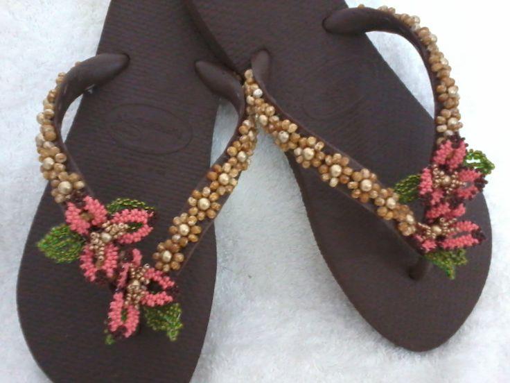 Chinelos bordados com miçangas Chinelo decorados - Blog Pitacos e Achados   - Acesse: https://pitacoseachados.com – https://www.facebook.com/pitacoseachados – https://plus.google.com/+PitacosAchados-dicas-e-pitacos #pitacoseachados