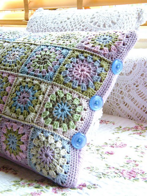 Granny Square Pillow Top and Re-cycled Sweater Piece For The Back. Embellished with buttons on the sides. (not a pattern, but the designer gives an explanation of her work on Ravelry) ༺✿ƬⱤღ https://www.pinterest.com/teretegui/✿༻