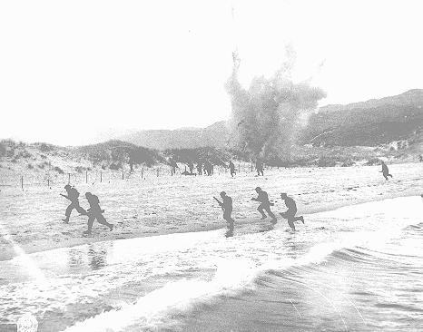 Tropas britânicas desembarcando nas praias da Normandia no Dia D, data do início da invasão da França pelos Aliados, para estabelecer uma segunda frente de batalha contra as forças alemãs na Europa. Normandia, França.  Foto do dia 6 de junho de 1944.