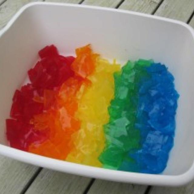 Racó sensorial de gelatina de colors.