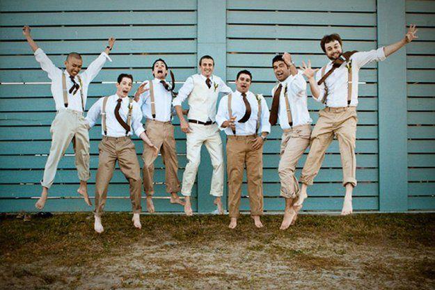 Groom Outfit // Le marié et les garçons d'honneurs sont pieds nus et saute pour la photo