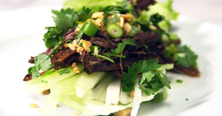 Pulled beef serverad i salladsblad tillsammans med rättika, gurka och en het sås med smak av koriander och risvinäger.Dryckesförslag:Castleforte Prosecco, nr 7720