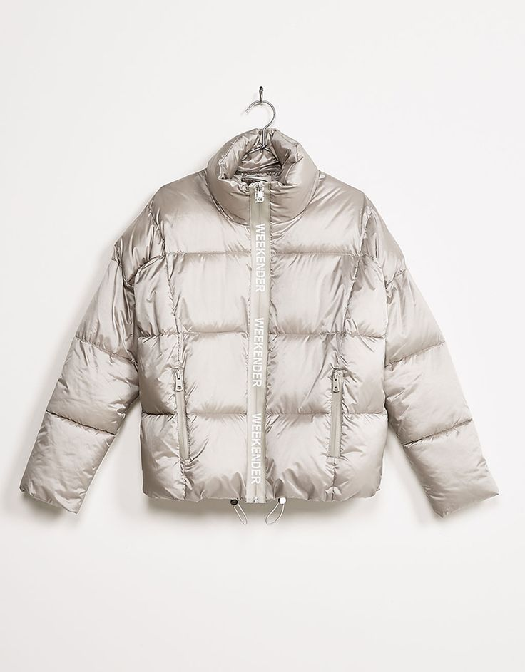 Silberfarbene Bauschjacke mit Reißverschluss und Schriftzug. Entdecken Sie diese und viele andere Kleidungsstücke in Bershka unter neue Produkte jede Woche