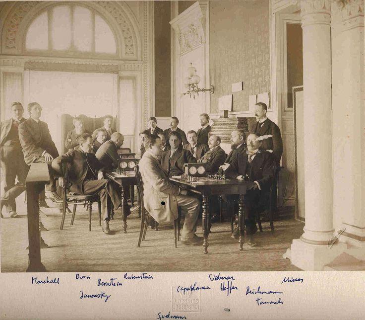 Torneo de Ajedrez 1911. Fotógrafo Resines. Vencedor José Raúl Capablanca, sentado en el centro mirando a la cámara.