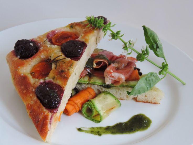 """Focaccia con zucchine, melanzane e carote grillate, Prosciutto di Parma e pesto genovese"""", dello Chef Martin Tufró http://www.informacibo.it/_sito/cucina-nel-mondo/focaccia-prosciutto-parma-pesto-martin-tufro/"""