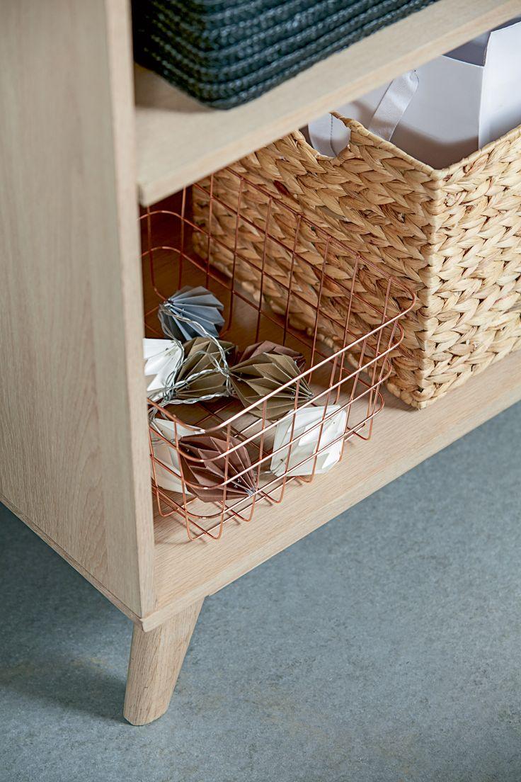 KALBY bokhylle/reol, detaljer   | Casual Contrast | Skandinaviske hjem, nordisk design, Skandinavisk design, nordiske hjem, interiørdesign, innredning, stue, multifunksjonelle rom | JYSK