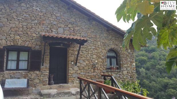 Proponiamo a Dolceacqua, Imola, a pochi km dal paese, villa indipendente in stile rustico di 80mq con meravigliosa facciata in pietra a vista. Ampio giardino privato di circa 6.000mq e bellissimo porticato con vista sulla vallata. In vendita a €520.000.
