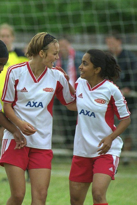 Still of Keira Knightley and Parminder Nagra in Joue-la comme Beckham (2002) #benditlikebeckham