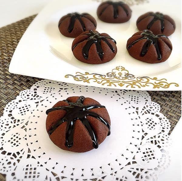 Bol çikolata sevenler tam size göre bir tarifimiz var. Yanardağ Kurabiyesi tadına bir kez baktığınız zaman keşke şimdiye kadar yapsaydım diyebilceğiniz bir tarif.