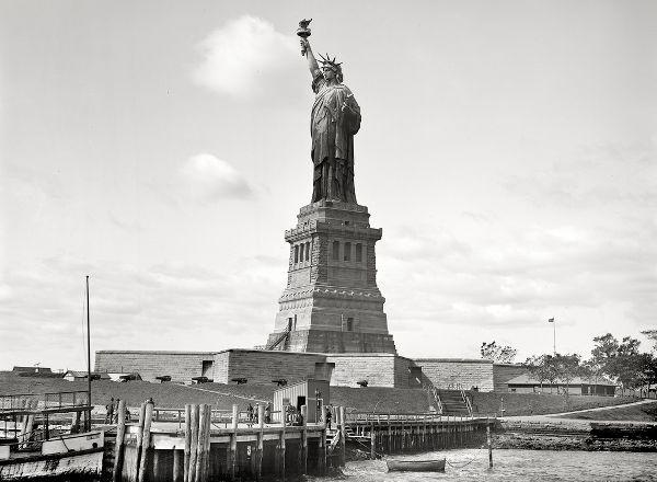 Το Άγαλμα της Ελευθερίας: Είναι ίσως το πιο αναγνωρίσιμο σύμβολο στον κόσμο, το σύμβολο της ελευθερίας και του αμερικάνικου ονείρου, που επί 100 και πλέον χρόνια υποδεχόταν τα εκατομμύρια των μεταναστών που έφταναν στο Έλις Άιλαντ.