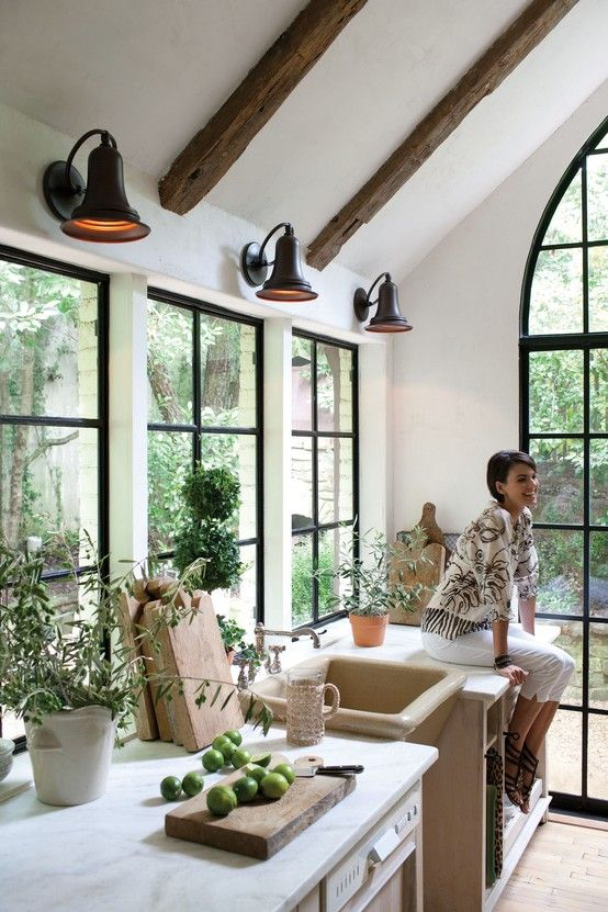 would love to have large windows like this on the outside kitchen walls and all the cabinets on the interior walls