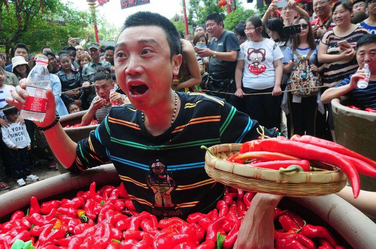 """EL DE LA """"MALA PALABRA"""". La curiosa competencia de la ciudad china de Lijiang estipula que los concursantes deben meterse en barriles de agua y ajíes picantes y comer todos los ajíes picantes que puedan. El ganador, proveniente de la ciudad de..."""