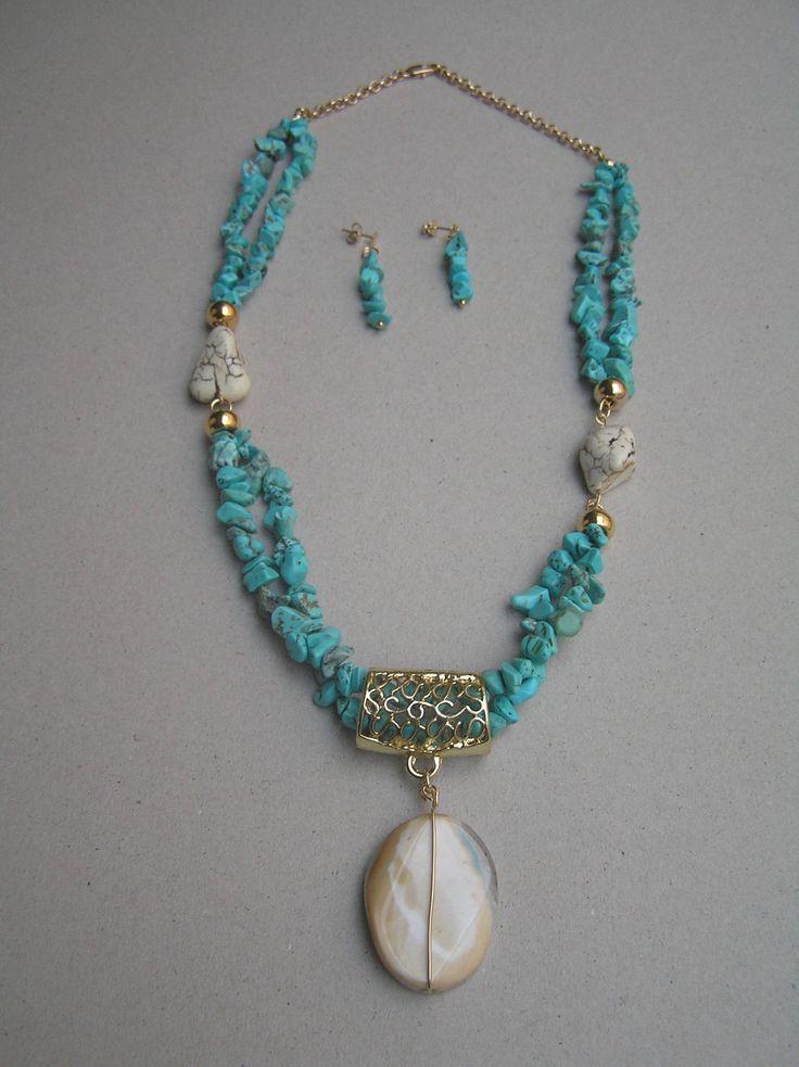 Collar corto en piedra natural turquesa y beige, con un lindo dije en agata con visos turquesa y caramelo