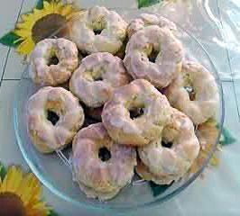 La ricetta dei taralli siciliani, biscotti tipici della pasticceria siciliana aromatizzati all'anice e coperti di glassa al limone da gustare il 2 novembre.