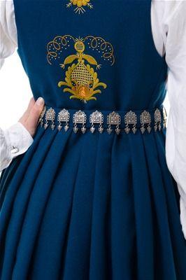 Romerike - Romeriksbunad L40 kjem i blå, raud, blågrøn, skarp grøn og mørk grøn.