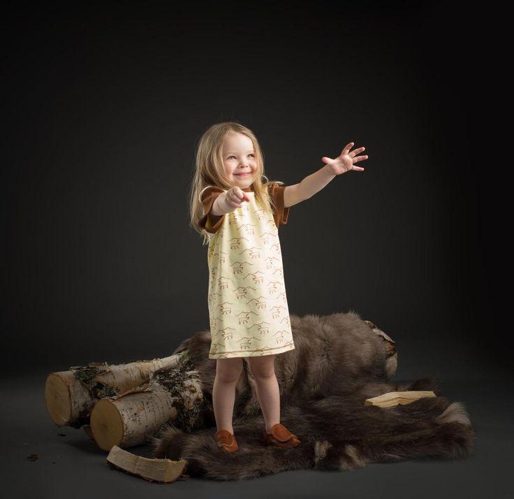 www.klappi.se #Ekologiskabarnkläder från #Lappland #norrland. #eko #ekoreko #ekologisk #svenskdesign #ekokläder #giftfritt #kläppi #klappi.se Product: #dress #klänning #yellow #gul #Lapland #reindeer #ren. #eco #oekotex100 #lovefromlapland #swedishlapland #fairtrade #organiccotton #organic #scandinavian #schwedischen #organickidswear #kidsfashion #sustainablefashion #sustainable #gots #swedish #swedishdesign #swedishbrand
