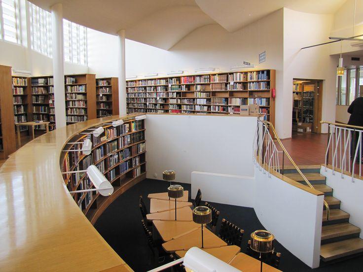 Vuonna 1965 valmistunut kirjasto sai takaisin alkuperäisen asunsa ja väljyytensä perusteellisessa remontissa.