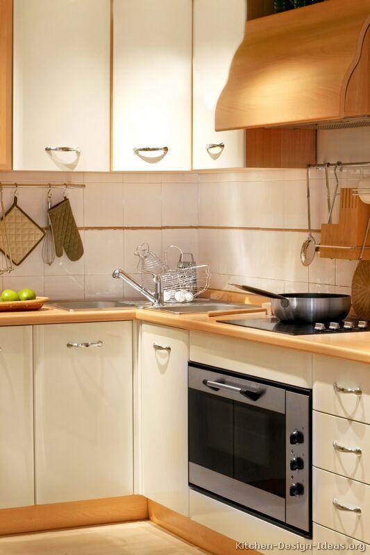 Modern Two-Tone Kitchen Cabinets #05 (Kitchen-Design-Ideas.org)