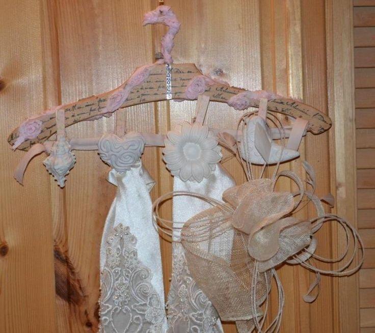 Recyclage d'un ancien cintre en bois en accroche foulards & étoles, style shabby chic Romantique
