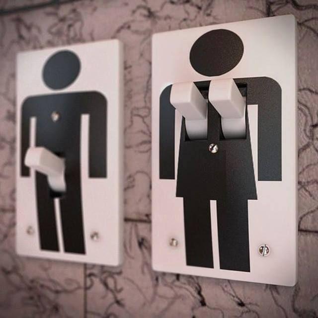 Signos em toaletes masculino e feminino no bar e galeria de arte Pop-Up Club Door19, em Moscou (Rússia).  Veja também:  http://semioticas1.blogspot.com.br/2011/10/humor-romeno.html