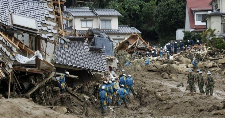 Membros das equipes de regate trabalham entre os escombros em busca de vítimas após um deslizamento de terra no bairro residencial de Asaminame, em Hiroshima, no oeste do Japão. 20/08/14.  Fotografia: Kimimasa Mayama/EFE.