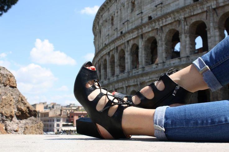 Il sandalo giusto nella città giusta…  stile gladiatore nelle giornate di sole, nel centro storico di Roma  perfetti per ogni occasione dalla passeggiata in centro all'aperitivo con gli amici.