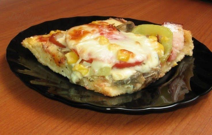 Простой рецепт домашней пиццы в духовке с колбасой, сыром и помидорами