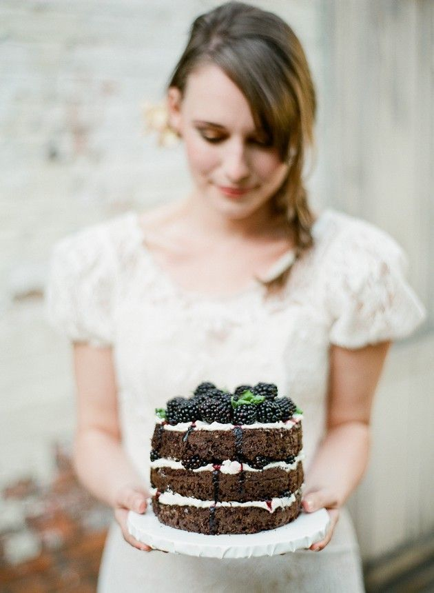Are you considering a DIY wedding cake? If so, this is MUST read!