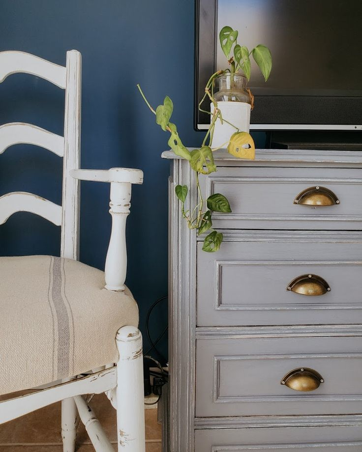Proyecto azul: renovar un cuarto con color - halfpainted wall / Vero Palazzo - Home Deco Pantone, Dresser As Nightstand, Palazzo, Table, House, Furniture, Home Decor, Color Of The Year, Shades Of Blue