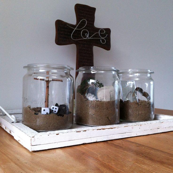 Paastuin Pot 1 - Dood (houten kruis met kleed en dobbelsteen) Pot 2 - Overwinning (open graf met steen en witte kleden) Pot 3 - Waarom (spiegel en hartje)